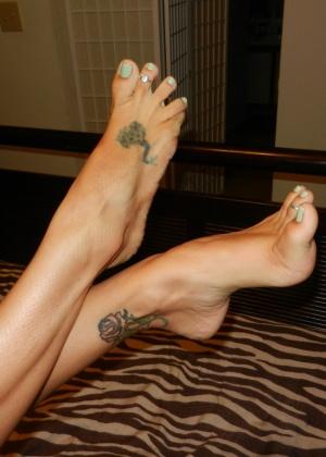 Пожилая красиво изгибает ступни ног