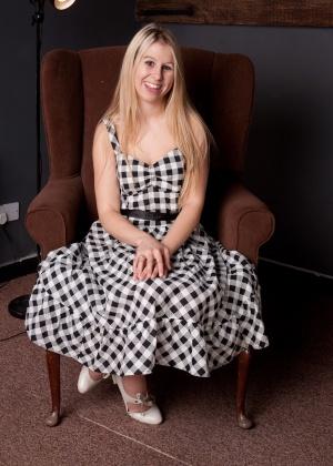 Мэйси задирает платье