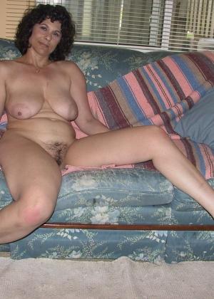 Люси любит свою мохнатую вагину