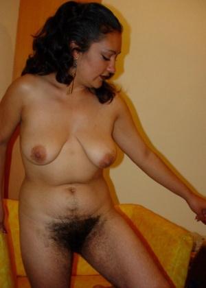 Мексиканская женщина с волосатыми ногами и вагиной