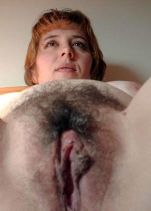 Жена лежит в кровати раздвинув ноги
