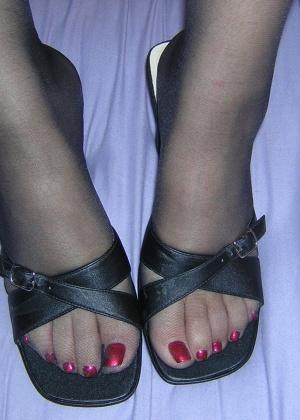 Пытается делать футджоб в туфлях