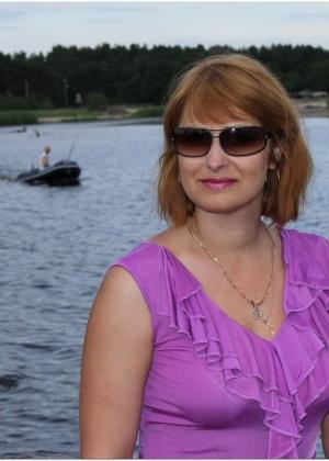 Русская женшина Галина загорает голой на пляже и оголяется дома
