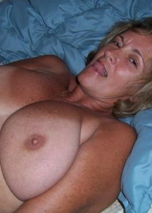 Пухлая женщина Джанетта лежит голая на кровати