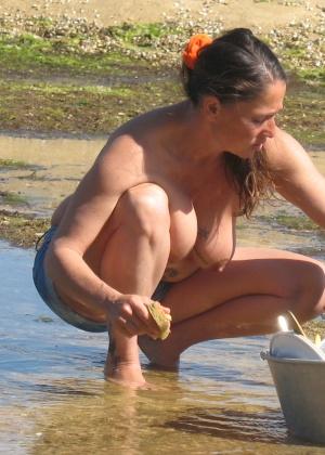 Женщина с висячими сиськами ходит голая на загородной даче