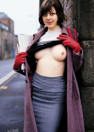 Молодая жена Астрид оголяется на улице и дома