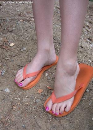 Испачканные ножки после прогулки в парке