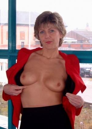 Пожилая Сара показывает свою грудь в разных местах