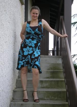 Жена позирует голой и сосет хуй