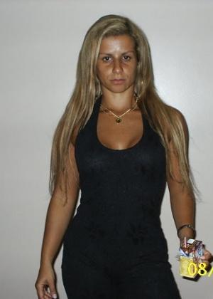 Сексуальная латинская дама с полосками от купальника на пизде и титьках