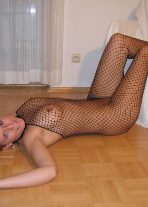 Сексуальная блондинка в сетчатом нижнем белье