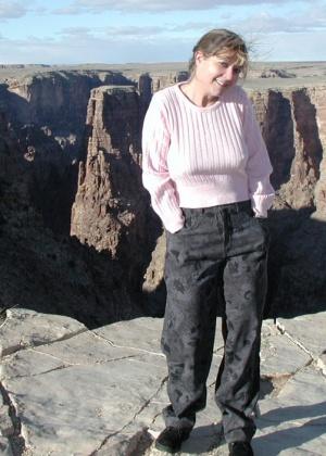 Раздевается на фоне каньона