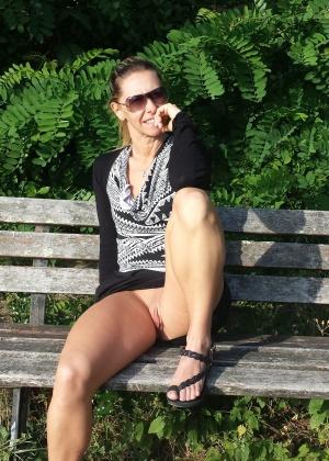 Жена показывает пизду сидя на лавочке и дома