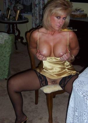Сексуальная женщина в золотом платье