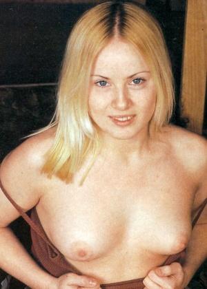 Блондинка показывает сиськи и пизду не раздеваясь