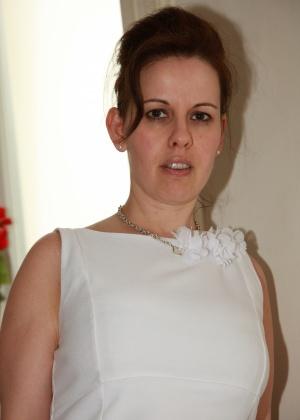 Перед сексом снимает трусики и ходит в коротком платье, возбуждая мужа
