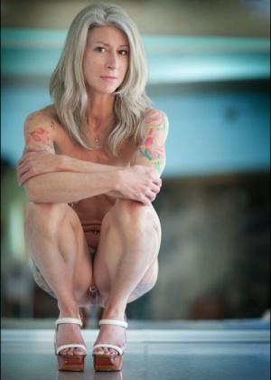 Женщина с татуировкой на ягодице