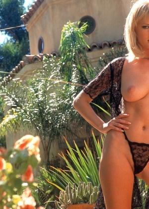Голая блондинка Дженнифер Авалон в легкой накидке