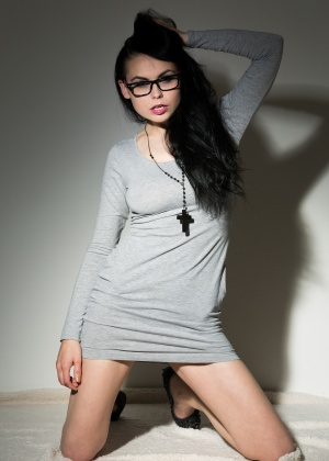 Жгучая брюнетка в коротком, обтягивающем платье без трусиков