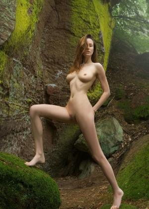 Анна позирует на красивом скалистом фоне