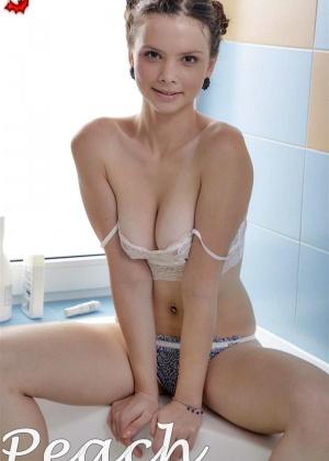 Милая Пич лежит голая в ванной