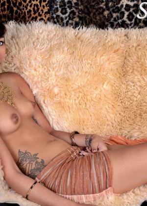 Молодая голая арабка с маленькими сиськами