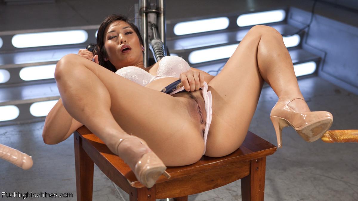 Ебущаяся с секс машиной азиатка Mia Li