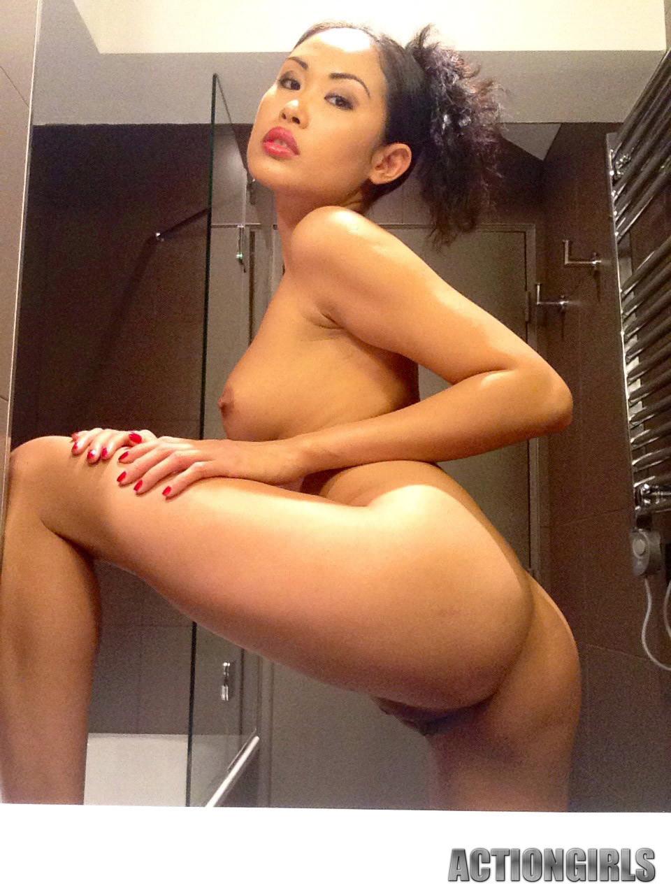 Секси азиатка Danika Flores голенькая в душе
