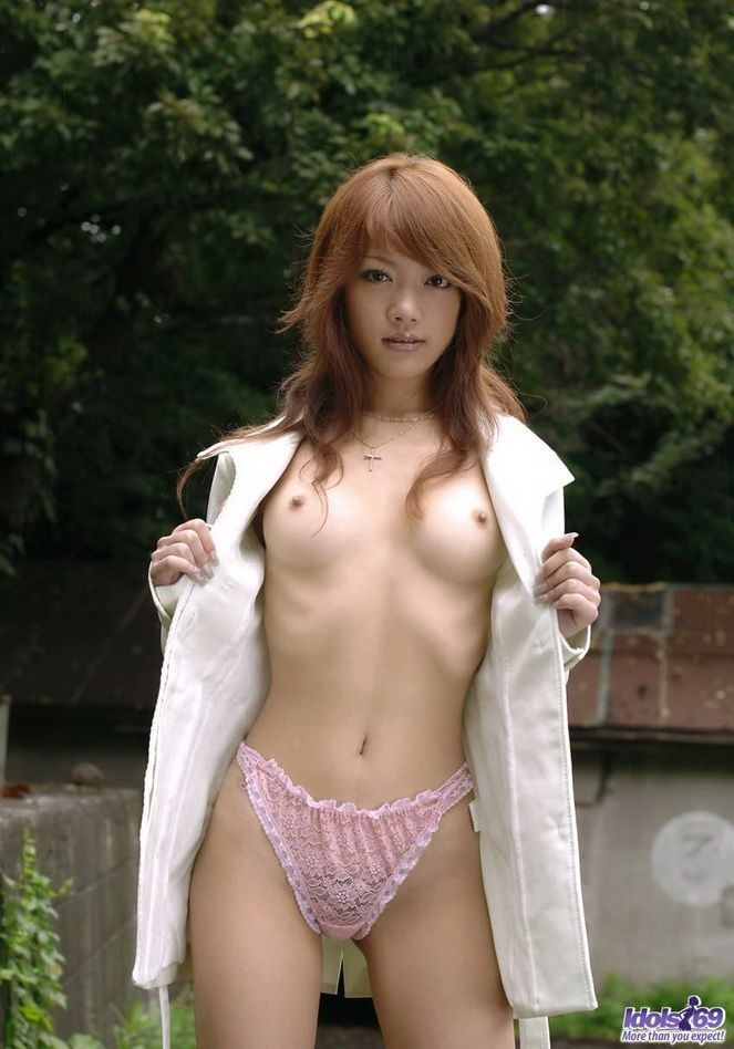 Молодая азиатка Mai Kitamura сняла трусики и показала пушистый лобок