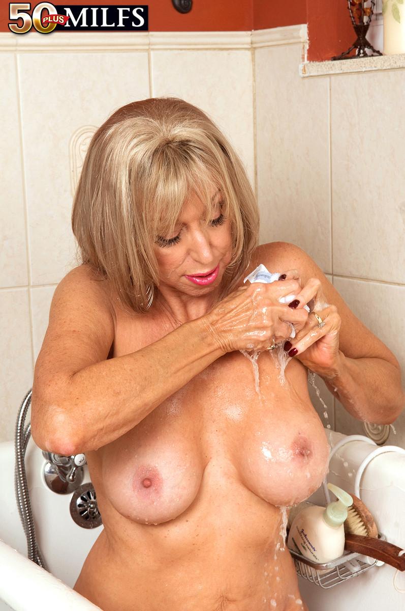 Зрелая Кристи принимает ванну