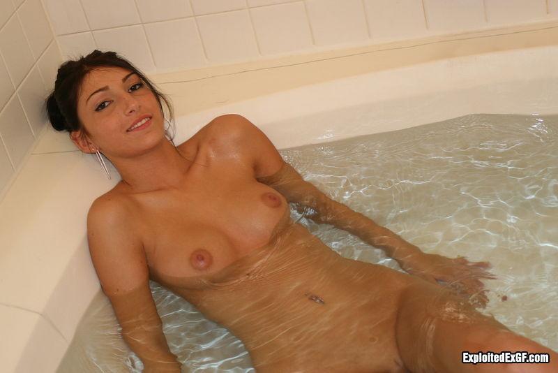 Пьяненькая телка в первый раз в такой большой ванной