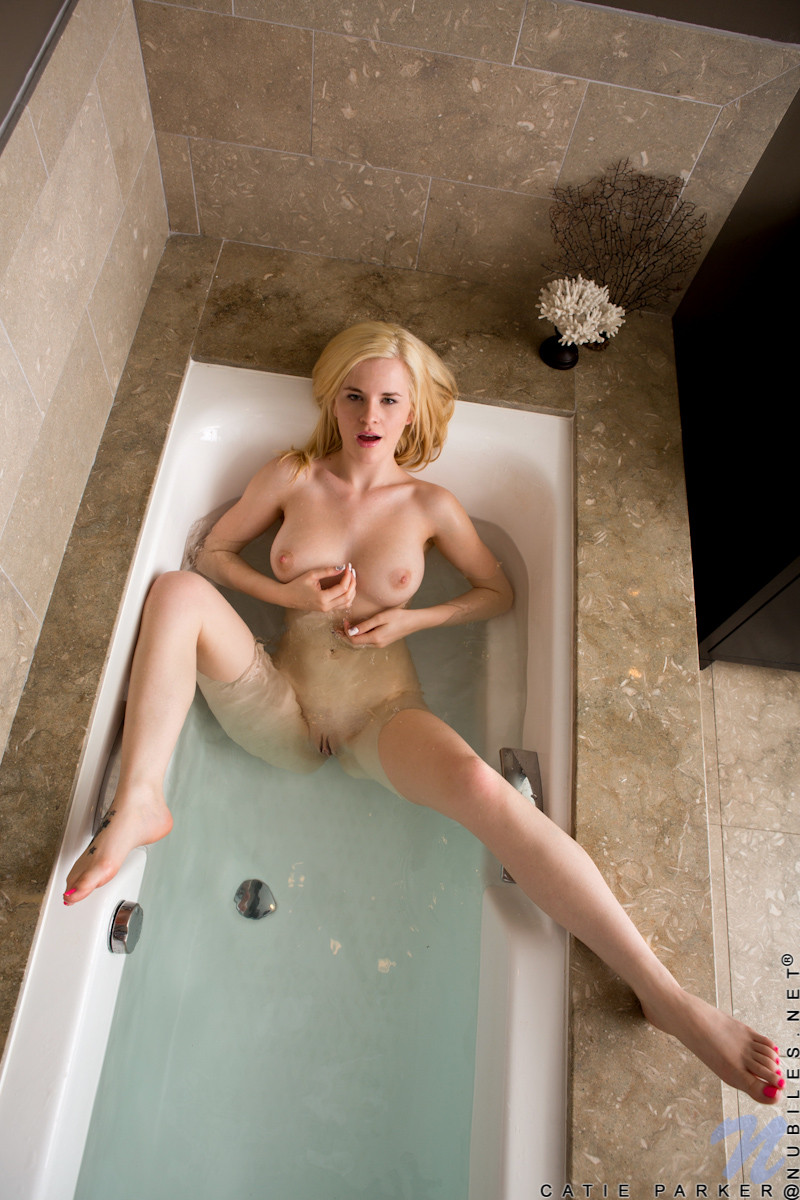 Catie Parker - В ванной - Галерея № 3529698