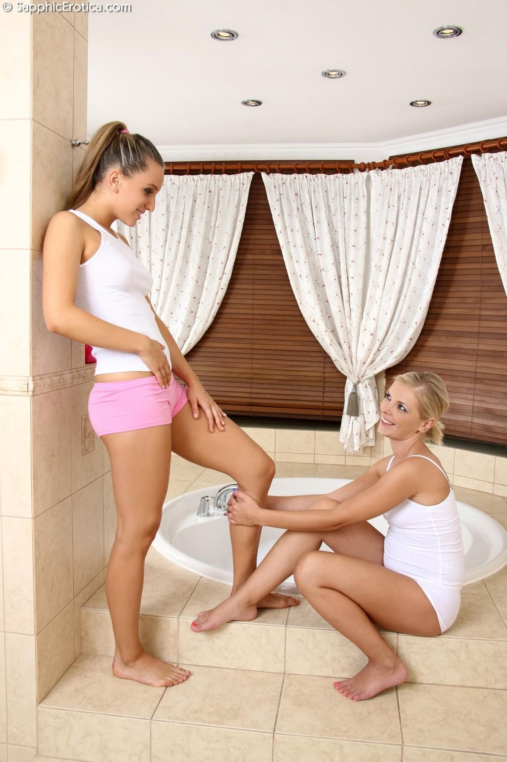 Подруги отдыхают в пенном джакузи