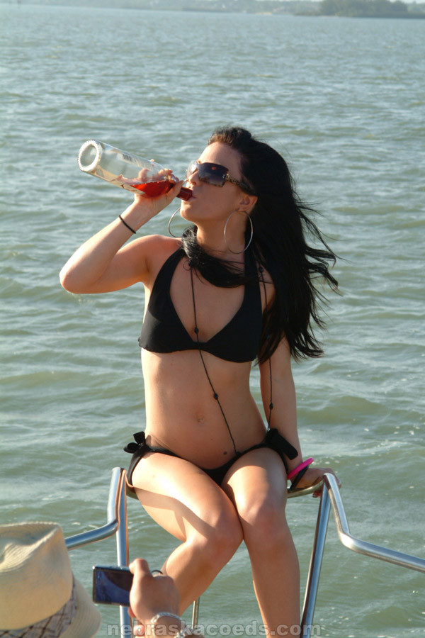 Пьяные девки катаются на яхте