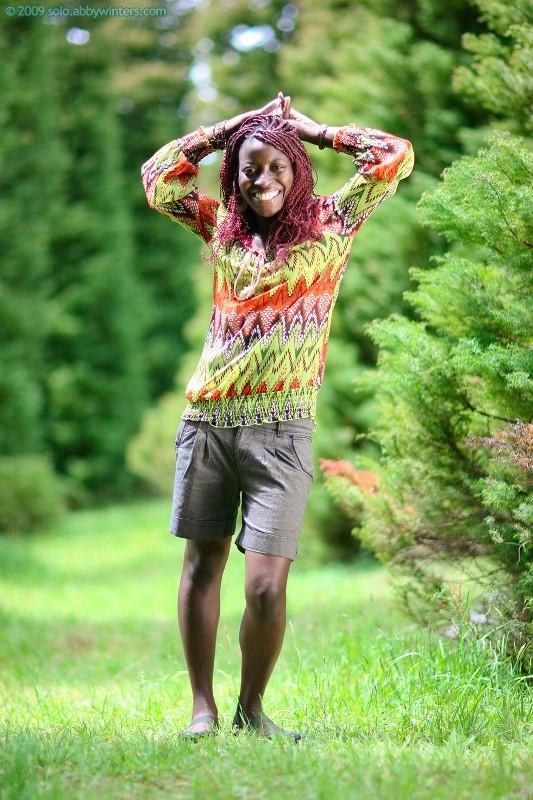 Африканка разделась в очень красивом парке