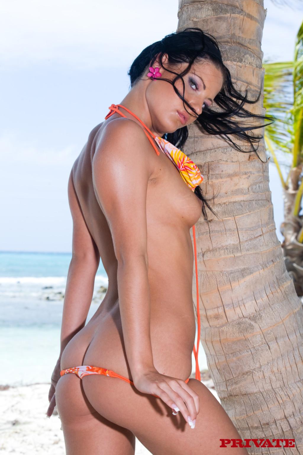 Четыре голые девки под пальмами на пляже