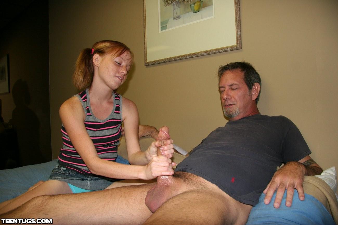 отец показывает член дочке