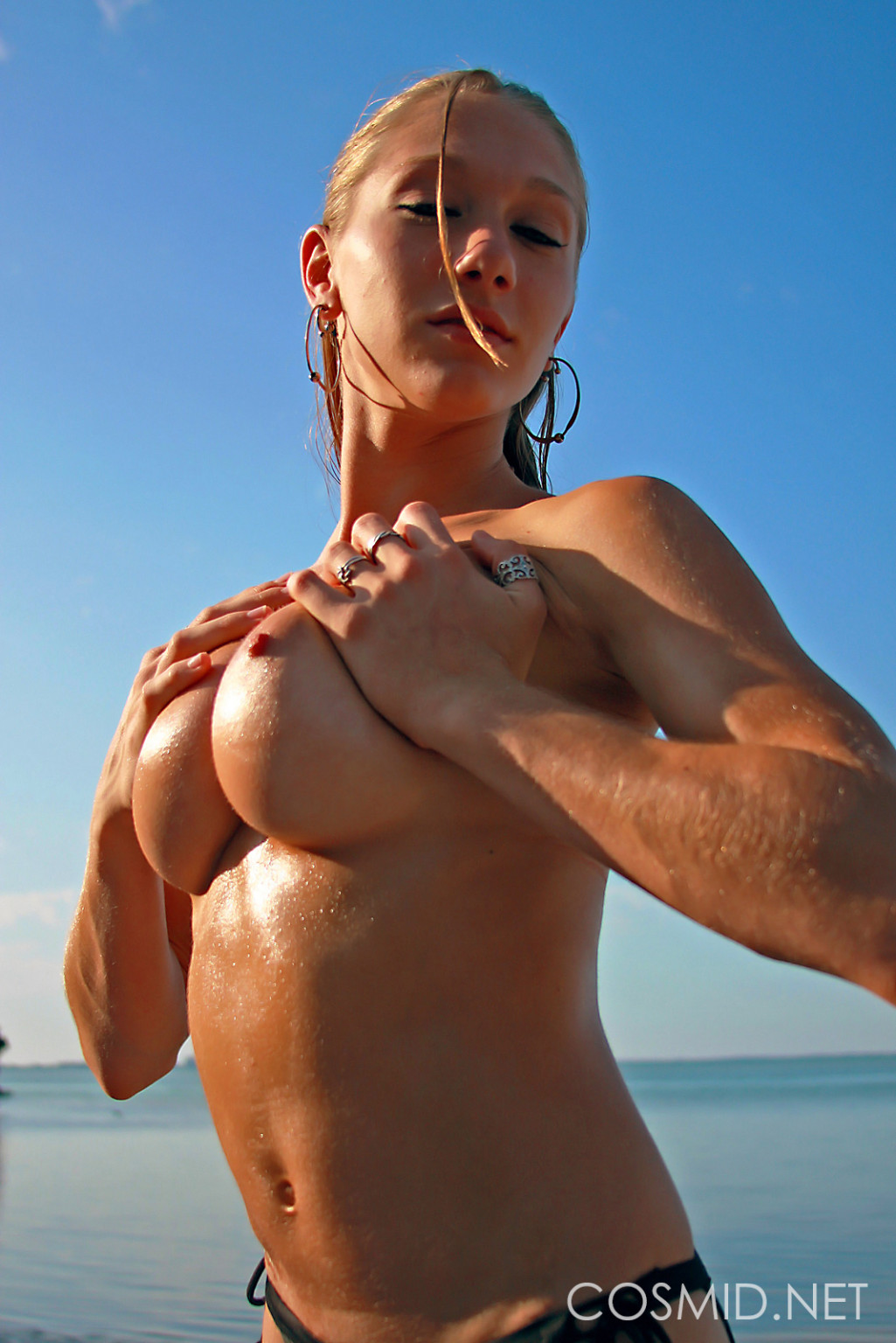 Светловолосая фитоняшка показывает хорошие сиськи на пляже