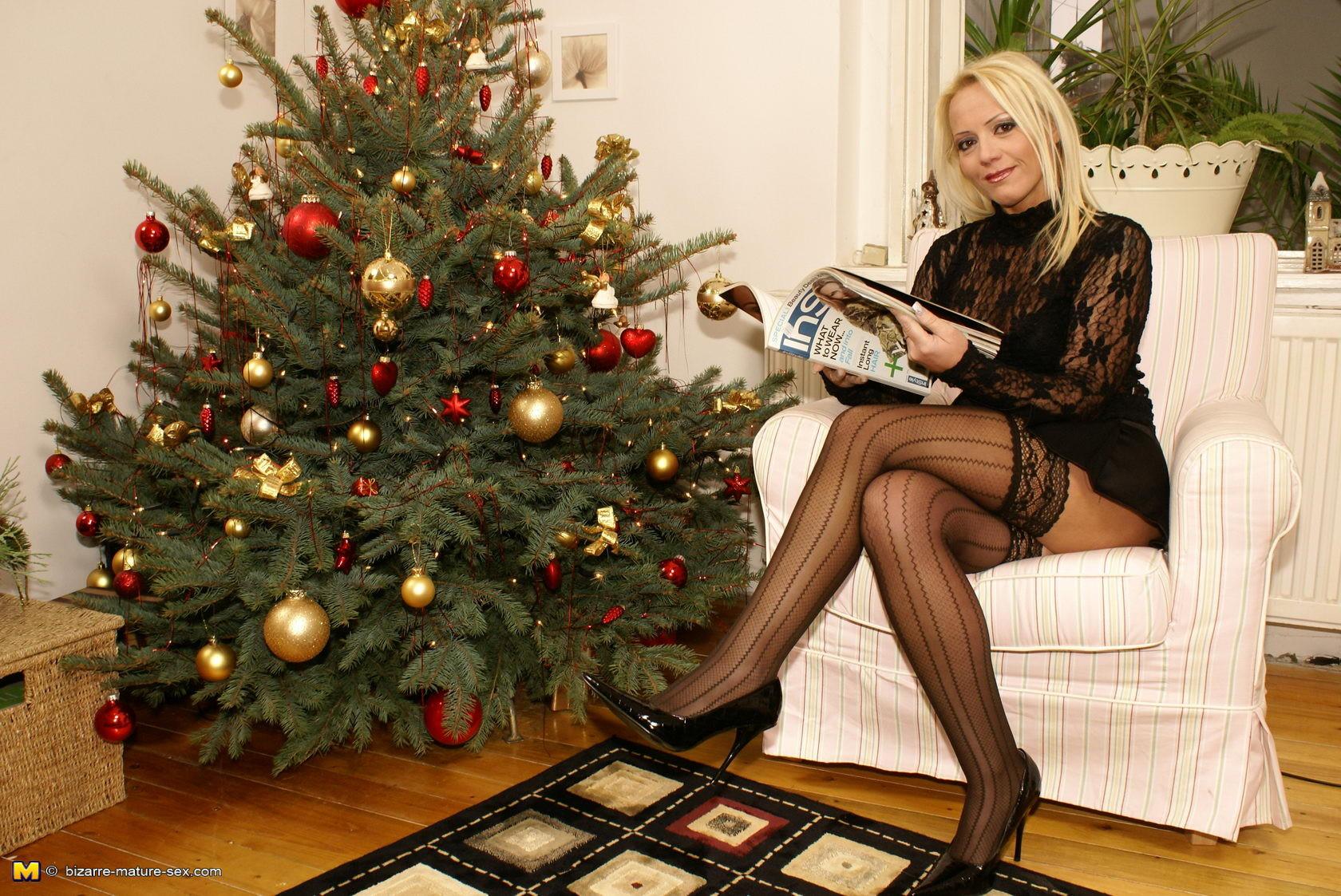 К очаровательной блондинке пришла в гости любовница и сделала ей фистинг