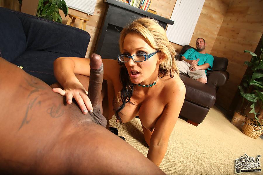 Муж Nikki Sexx разрешил ей трахнуться с негром