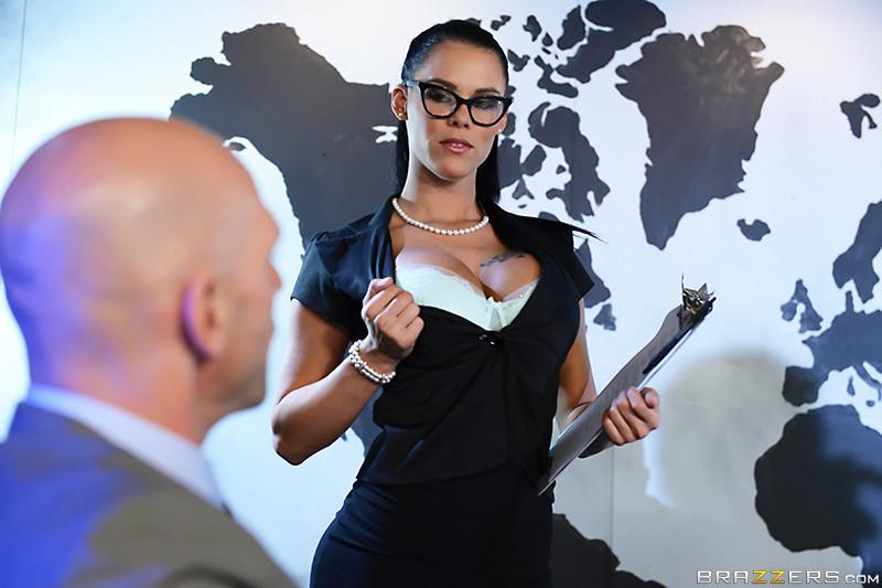 Peta Jensen отдается в киску лысому боссу
