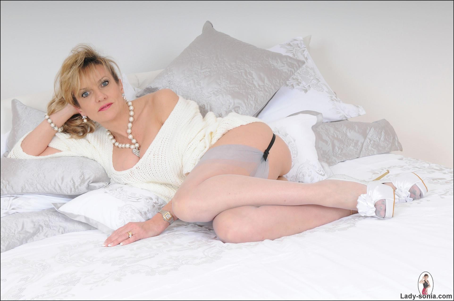 Lady Sonia показывает пизду в спальне