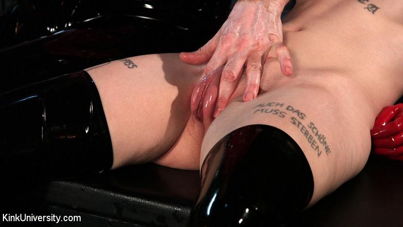 Помпирует молодой брюнетке соски и вагину