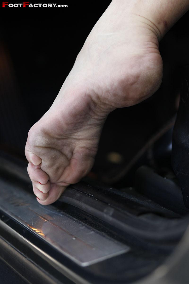 Ножки зрелой женщины в машине