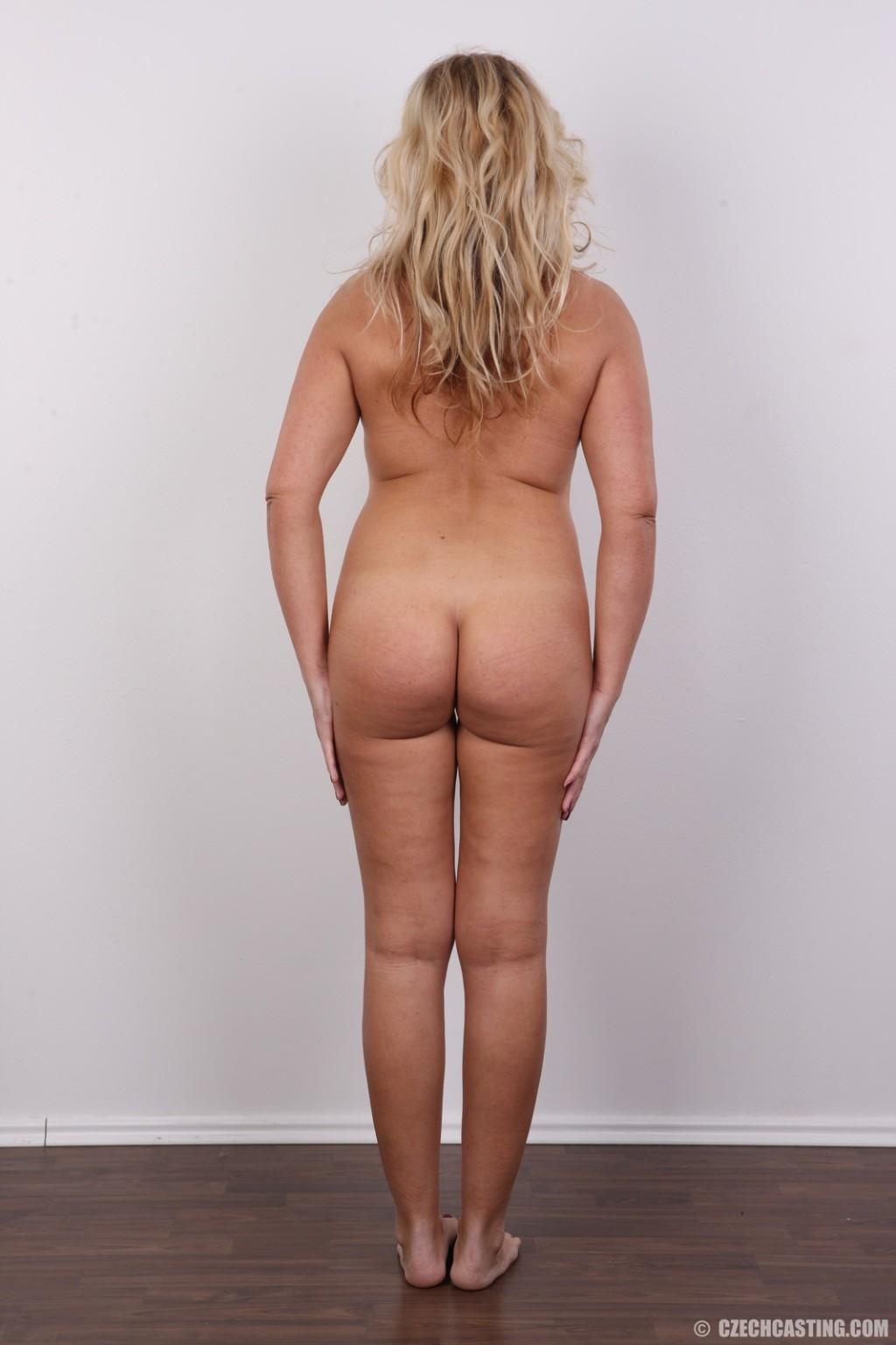 Блондинка в возрасте тупо раздевается на кастинге