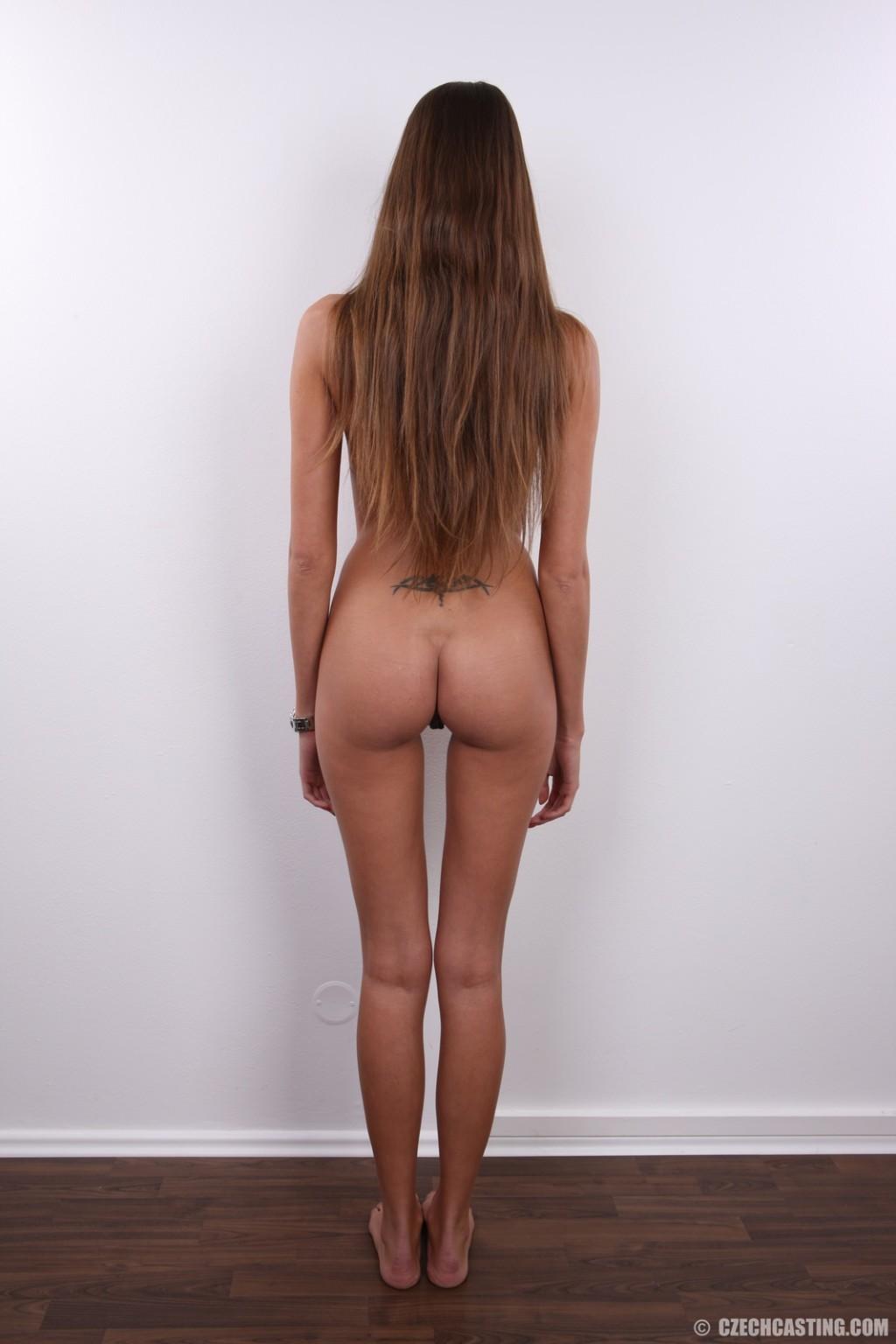 Девка с худыми ногами показала письку на кастинге