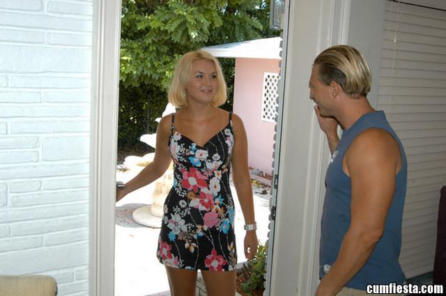 Молодая блондинка пришла к соседу и сделала ему минет