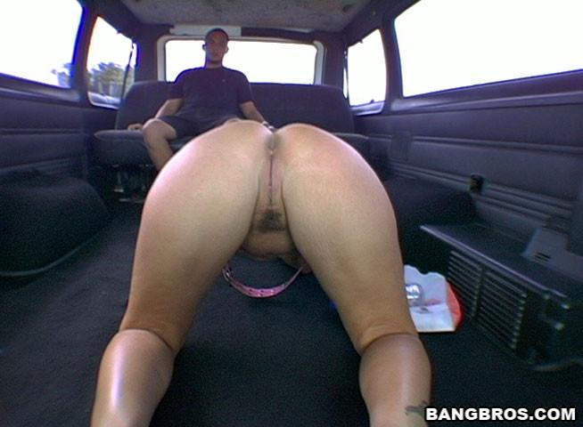 Жопастая шалава ебется в микроавтобусе