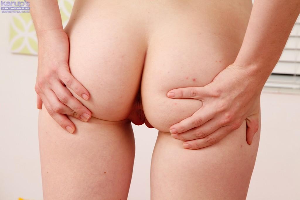Худая милаха показала крупным планом узкую попку и вагину