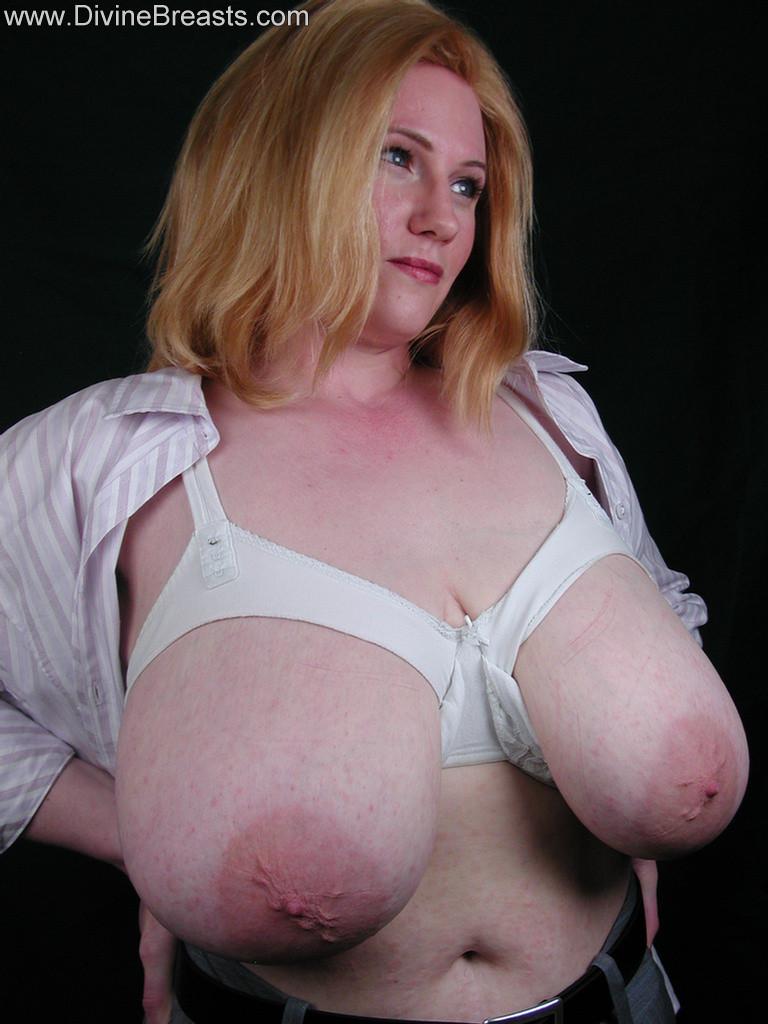 Зрелая блонда с очень большой висячей грудью